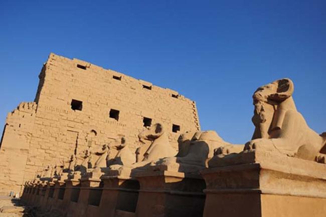 Giữa sa mạc nóng bỏng, Karnak là một ngọn đền thiêng.