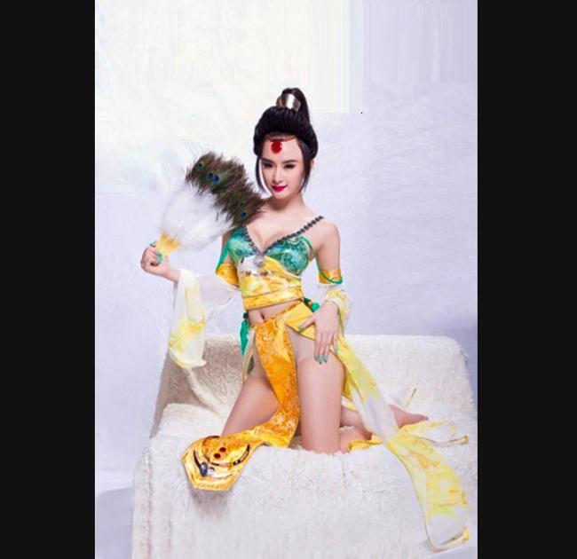 Angela Phương Trinh hóa A Phòng trong vai trò một mẫu game.