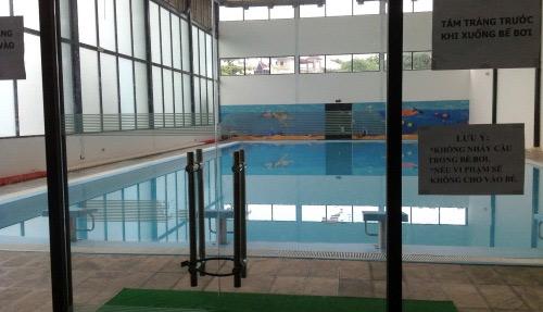 Bé 6 tuổi tử vong trong bể bơi trường học - 1