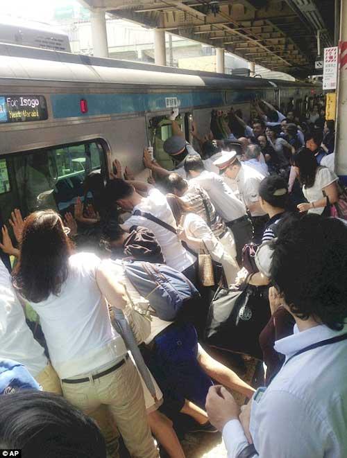 Nhật Bản: Hành khách đẩy tàu cứu người - 1
