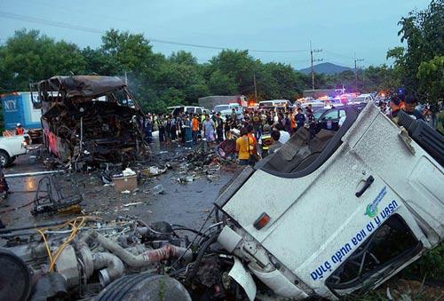 Thái Lan: Cháy xe khách, 19 người chết thảm - 1