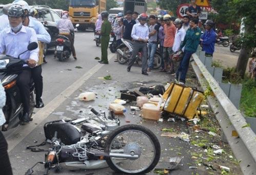 Xe khách tông chết 1 phụ nữ, tắc nghẽn QL 1A - 1