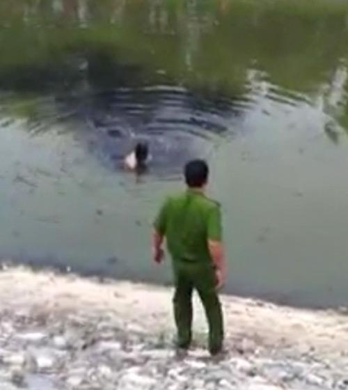 Kẻ trộm xe bơi trong nước bẩn sông Tô Lịch - 1