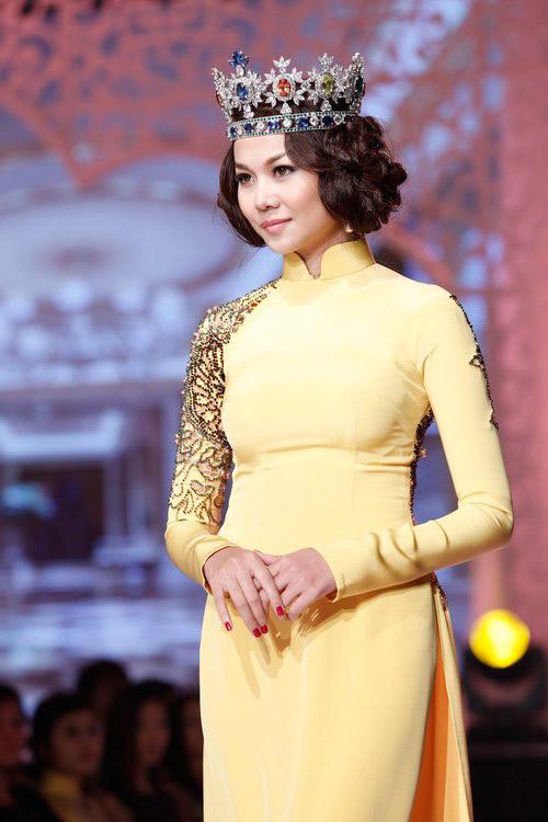 Thanh Hằng đeo vương miện lạ lẫm - 1