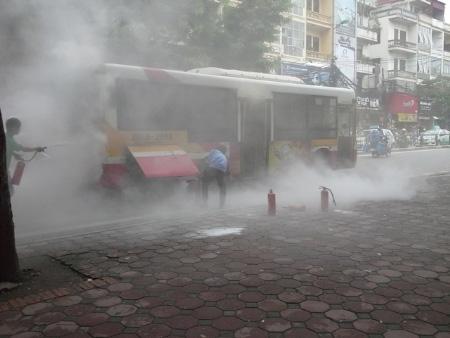 Xe buýt cháy ngùn ngụt trên phố Hà Nội - 1