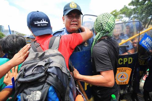 Philippines: Cảnh sát khóc khi ngăn biểu tình - 1