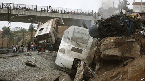 Tây Ban Nha: Tàu hỏa trật bánh, 45 người chết - 1