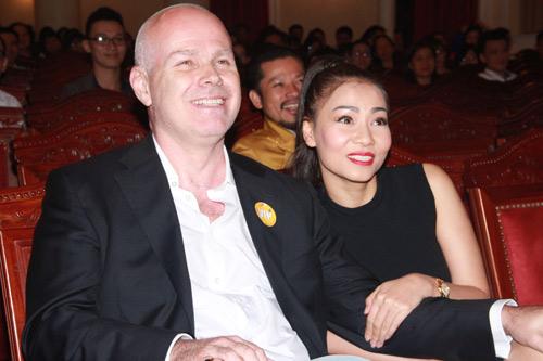Thu Minh hạnh phúc hôn chồng - 1