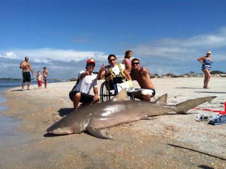 Cụt 2 chân vẫn tóm gọn… cá mập khủng - 1