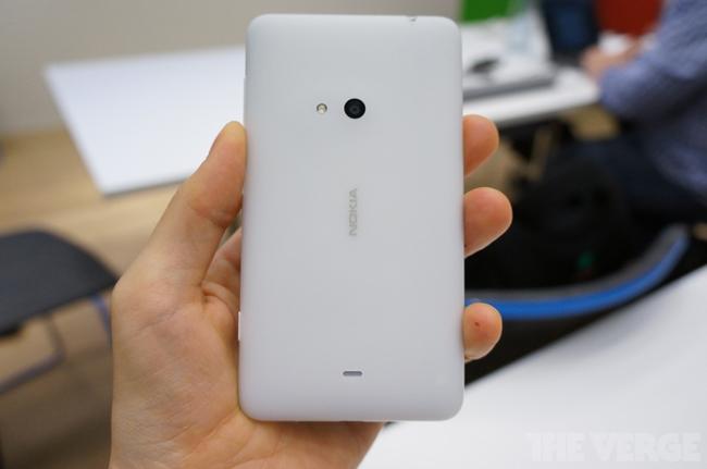 Máy sở hữu kích thước 133,3 x 72,3 x 9.3mm và nặng 159g, gần bằng kích thước của HTC One X, nhưng nặng hơn 29g.