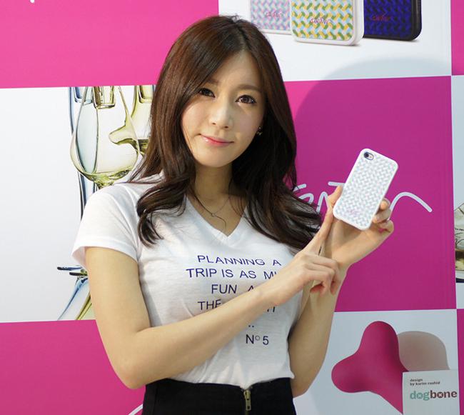 Những chân dài xinh đẹp thường được các nhà sản xuất điện thoại mời chào để quảng cáo cho smartphone mới.