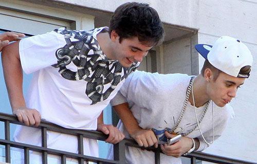 Justin Bieber nhổ vào fan gây cuồng nộ - 1