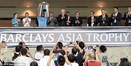 Man City nâng cao danh hiệu đầu tiên - 1