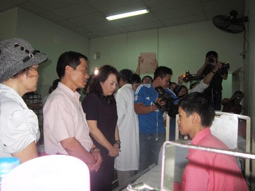 BT Y tế thăm con CT huyện Trường Sa trong BV - 1
