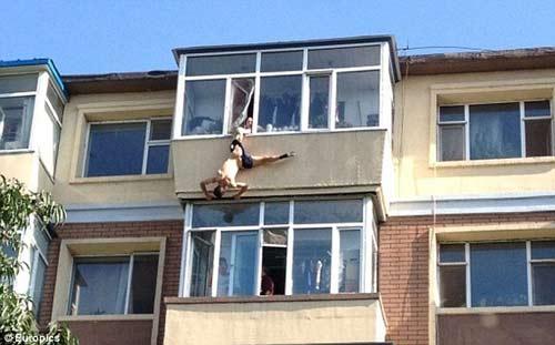 TQ: Chồng nhảy lầu tự tử, vợ túm quần kéo lại - 1