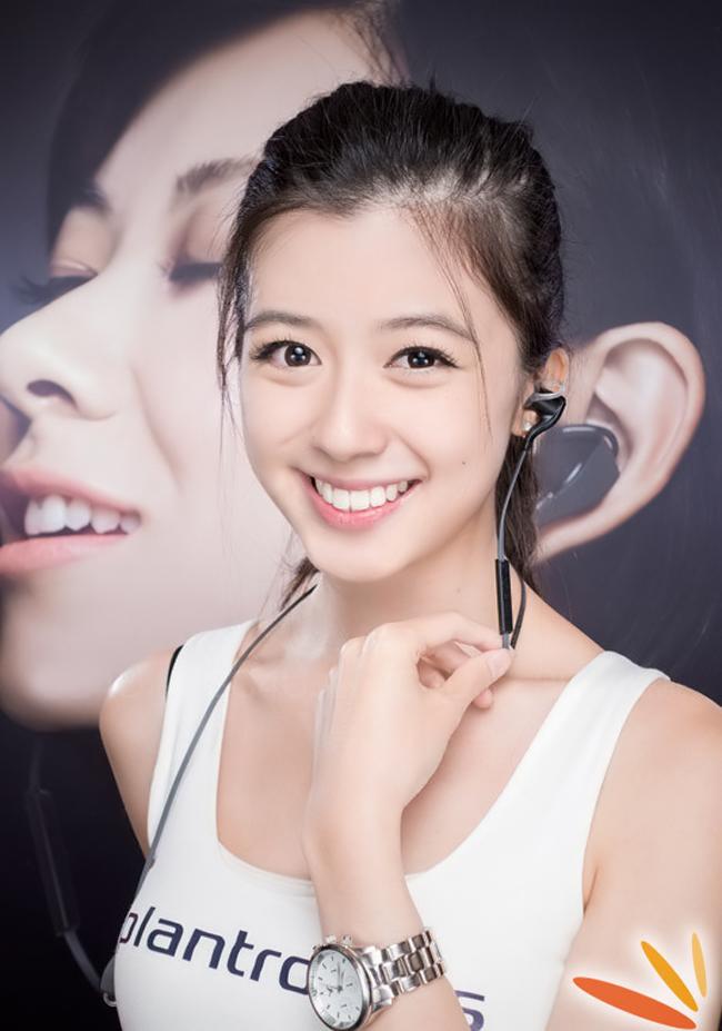 Nụ cười rạng ngời trên gương mặt xinh đẹp của mỹ nữ trong ngày ra mắt mẫu tai phôn thực sự thu hút sự chú ý của tín đồ công nghệ.
