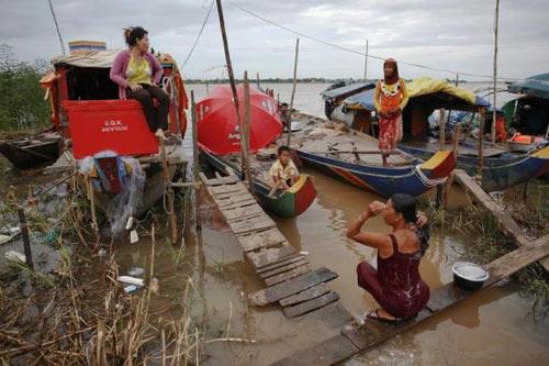 Chùm ảnh: Cuộc sống xóm vạn chài ở Campuchia - 1