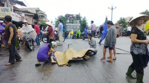 Thiếu niên chết thảm dưới bánh xe tải - 1