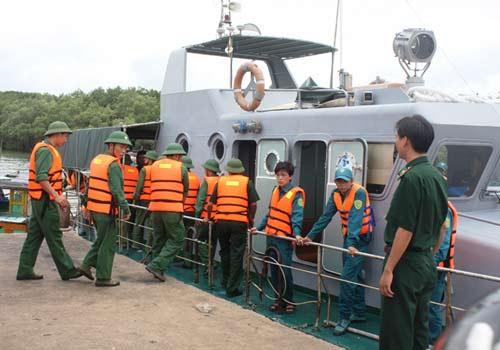 Vụ chìm tàu: Điều trực thăng tới cứu hộ - 1