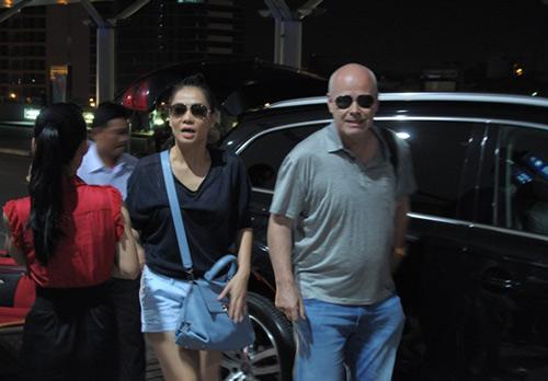 """Thu Minh """"đánh yêu"""" chồng ở sân bay - 1"""