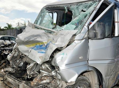 Xe khách đâm xe tải: 9 người đa chấn thương - 1