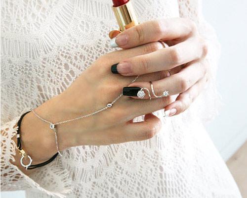 Khám phá 4 kiểu đeo nhẫn mới lạ - 1
