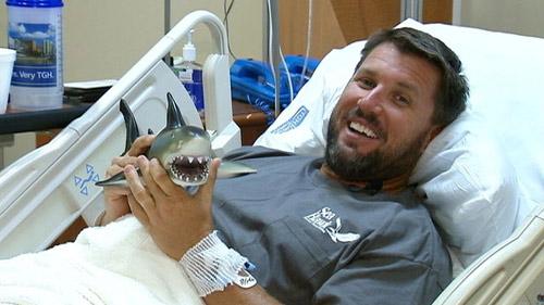 Người xui xẻo nhất thế giới thoát hàm cá mập - 1