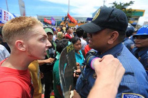 Bị trục xuất vì làm cảnh sát Philippines khóc - 1