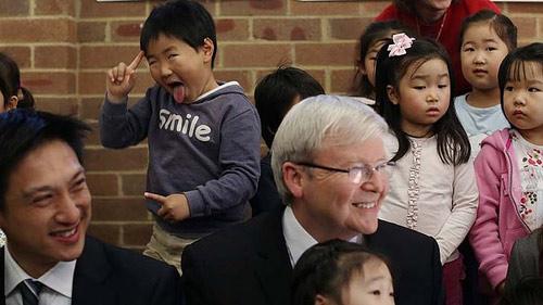 Em bé lém lỉnh diễn hề sau lưng Thủ tướng Úc - 1