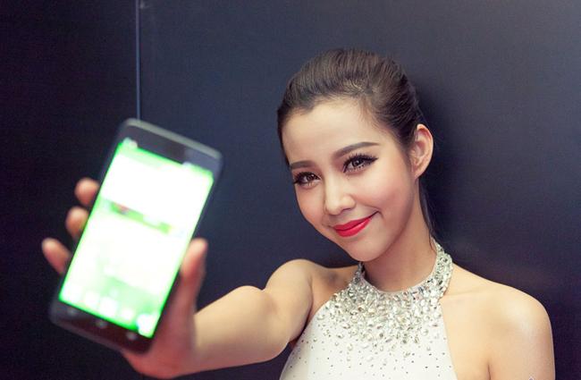 Những hình ảnh người đẹp 'tự sướng' khi sở hữu trên tay chiếc smartphone với camera trước phân giải khá tốt đang trở thành trào lưu, và rất được giới trẻ ưa thích.