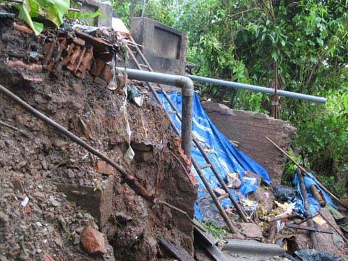 Hà Nội: Sạt lở, lo nhà bị... kéo xuống sông - 1