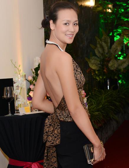 Hoa hậu Bảo Ngọc khoe lưng bằng yếm đào - 1