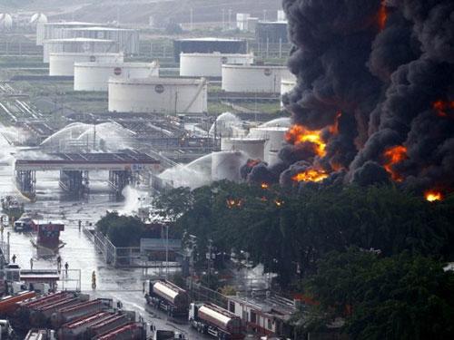 Sét đánh cháy nhà máy dầu lớn nhất Venezuela - 1