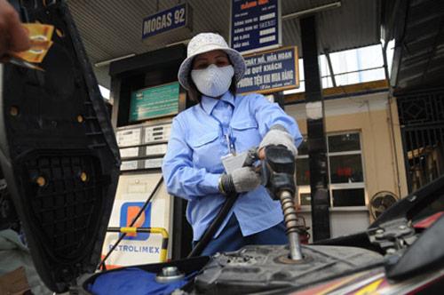 """Doanh nghiệp """"lờ"""" việc giảm giá xăng dầu - 1"""