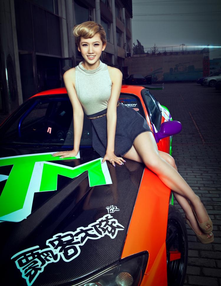 Mặc dù chiếc xe thì màu mè và nổi bật, nhưng cô gái trẻ vẫn thể hiện được bản thân khi sánh cùng phiên bản đường phố này.