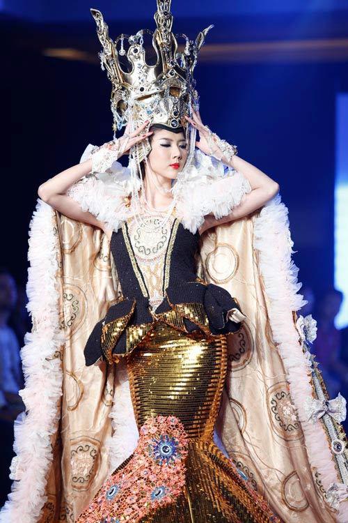 Ngọc Quyên mặc váy cưới nặng nề và kỳ lạ - 1