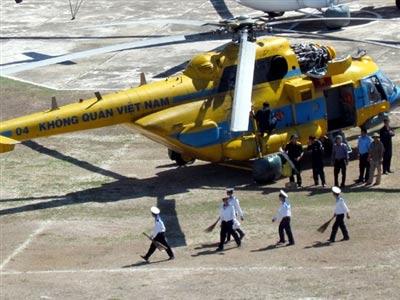 Trực thăng cứu dân bị nạn ở Trường Sa về bờ - 1