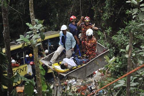 Malaysia: Xe bus lao vực, 37 người chết - 1