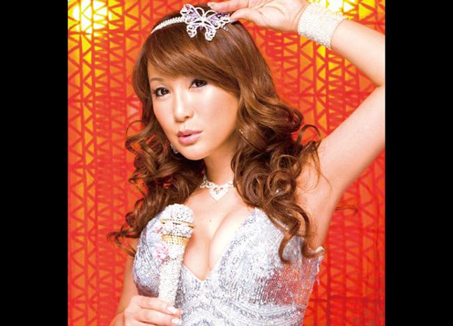 Ai Haruna sinh ngày 21/7/1972 tại Kenji Ōnishi, Osaka, Nhật Bản. Cô thực hiện chuyển giới khi cô 19 tuổi.