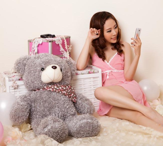 Người đẹp đã chọn cách 'tự sướng' để lưu lại vóc dáng thon thả của mình bằng chiếc smartphone hỗ trợ chụp ảnh phía trước.