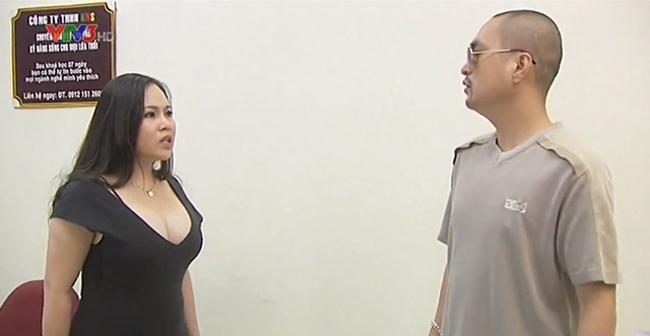 """1. Trang phục của nhân vật """"mợ Phềnh"""" trong tiểu phẩm hài kịch đả kích những hiện tượng hotgirl thích khoe ngực."""