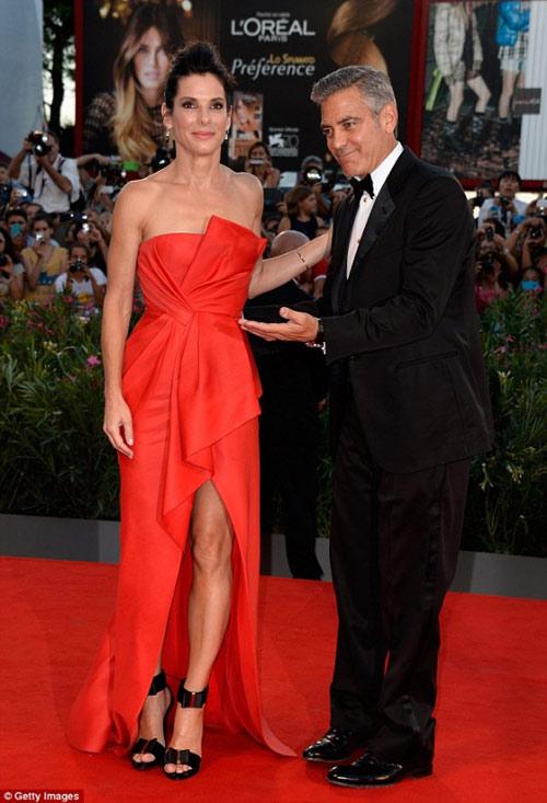 Goerge Clooney thân mật Sandra Bullock - 1