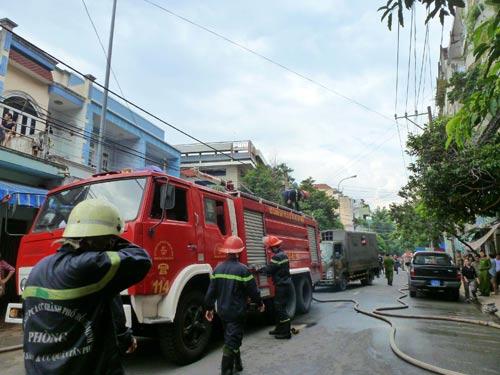 TP.HCM: Cháy chung cư, cả trăm người náo loạn - 1