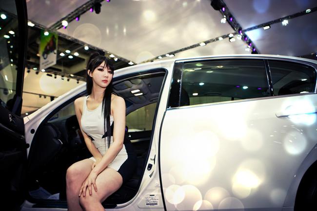 Thân hình siêu 'nóng' hạ gục BMW  Hot girl Sài Gòn siêu nóng bên xế độ  Diễm My 9x 'lột bỏ xiêm y' bên xế sang  Mỹ nữ Hàn tế nhị khoe vòng 1 bên Porsche (P1)