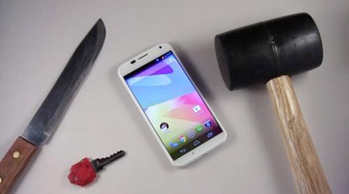 'Hành hạ' Motorola Moto X bằng dao, búa - 1