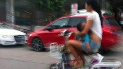 Vừa chạy xe đạp vừa cho con bú - 1