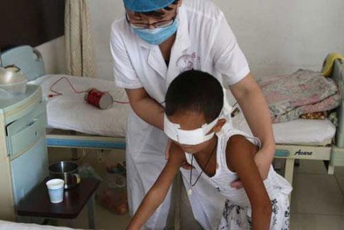 TQ: Quyên 2,7 tỉ đồng cho cậu bé bị móc mắt - 1