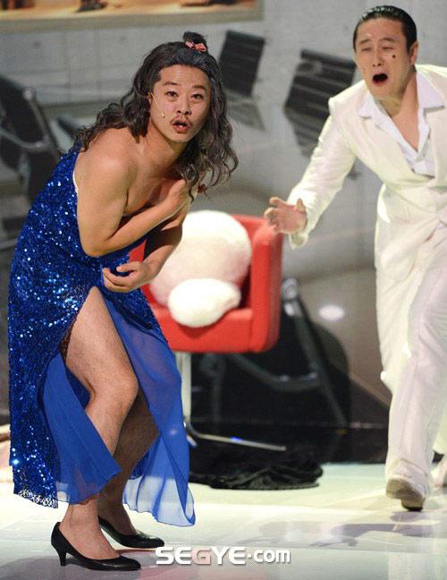 Sao nam Hàn mặc váy, khoe giò - 1