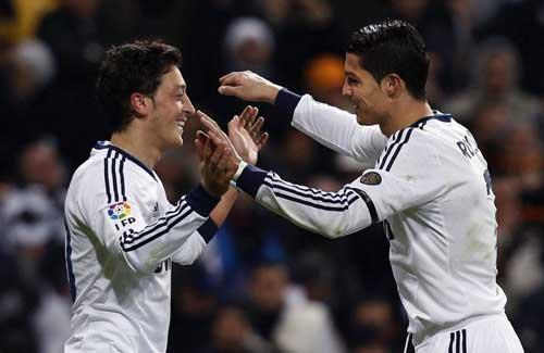 Bale giỏi hơn Neymar, CR7 giận vì Ozil ra đi - 1