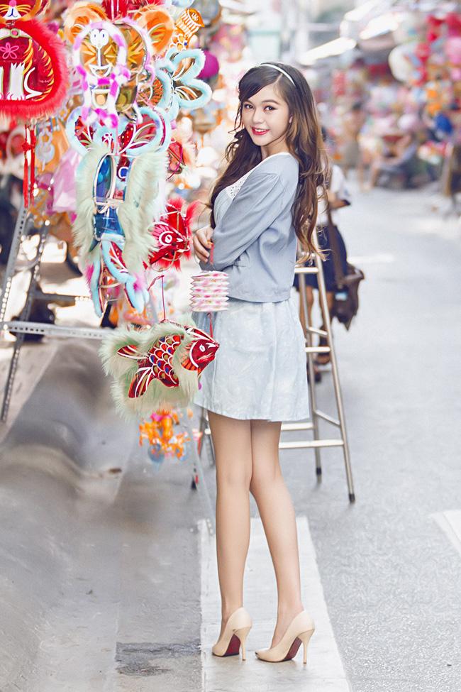 Hot girl xinh đẹp Mỹ Phương cũng xúng xính váy áo dạo phố Sài Gòn